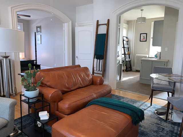 Charming apartment near downtown Elgin and Metra.