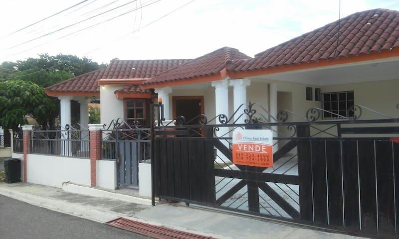 Hermosa Casa en ambiente tranquilo y seguro - Santiago De Los Caballeros - Haus