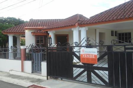 Hermosa Casa en ambiente tranquilo y seguro - Santiago De Los Caballeros - Talo
