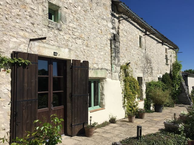Spacious, private gîte for two, close to Eymet