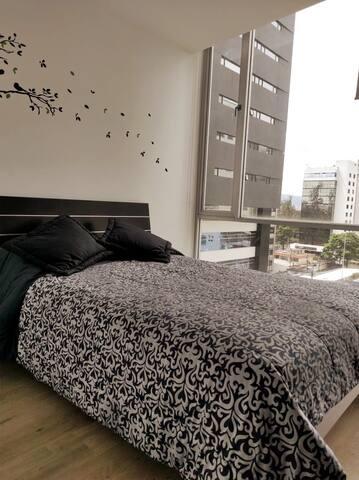 Habitación con hermosa vista y amplios ventanales