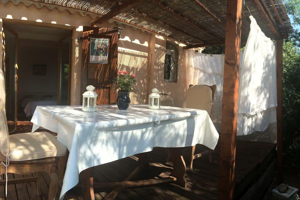La terrasse, cabanon à la grecque