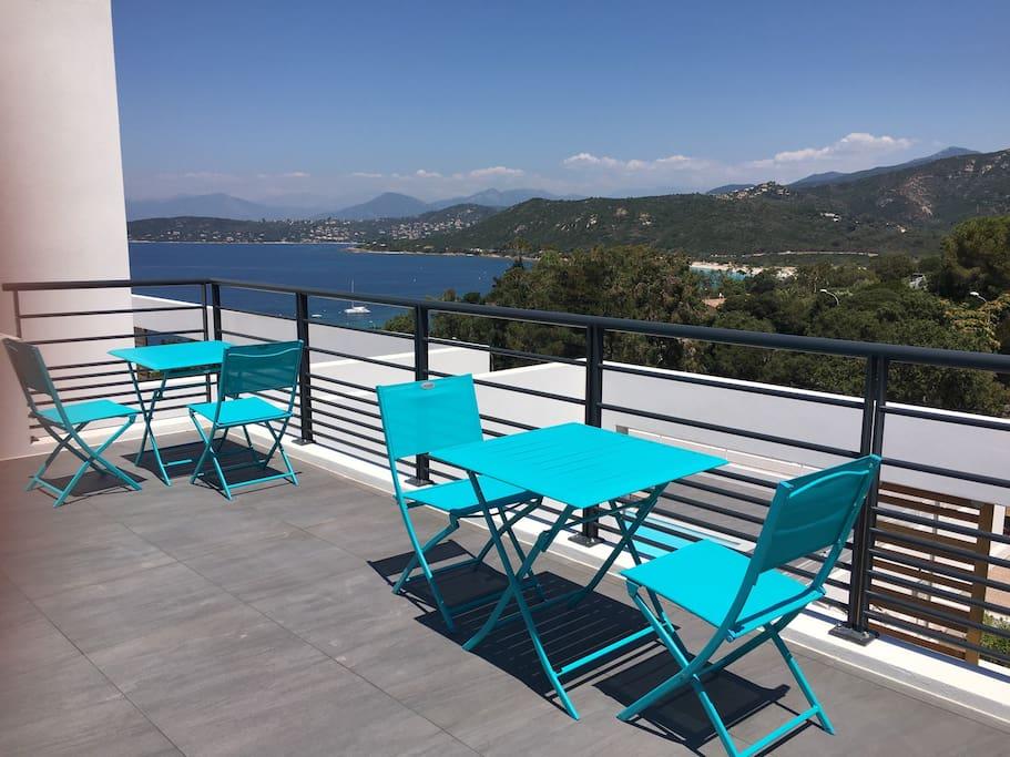 Deuxième terrasse vue mer avec coin breakfast ou tea Time face à la mer