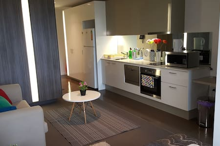 Central CBD Studio!Furnished,free tram, opp skybus