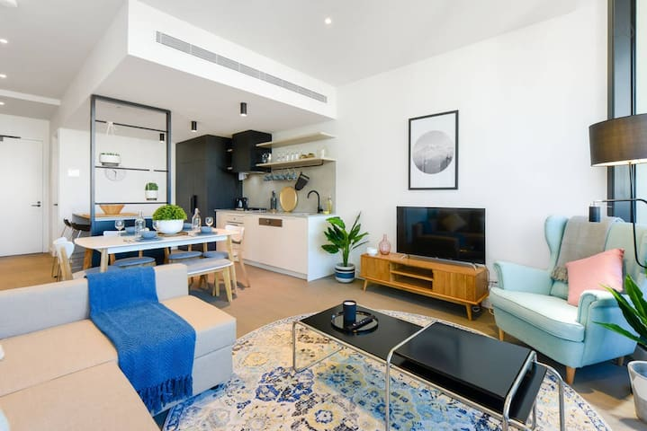 Walk to CBD & Melb Uni! Stylish 2BR APT w/ parking