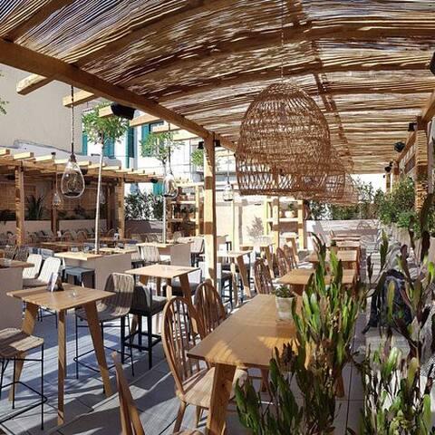 Cafes & Restaurants