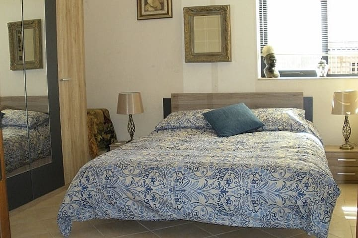 Comfortable room in superb location. - Is-Swieqi - Huis