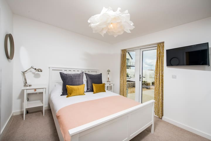Main bedroom (King sized double) with Ensuite and Smart TV.