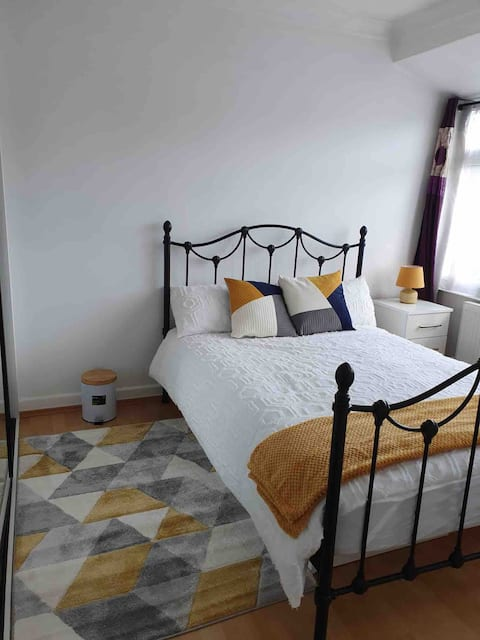 ENTIRE 3 BEDROOMS HOUSE TO YOURSELF.FREE PARKING