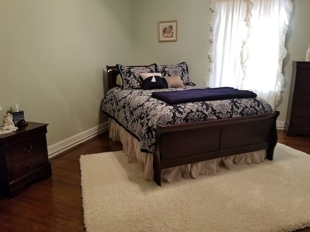 UNIVERSITY area NEW QUEEN SIZE bed w private bath.