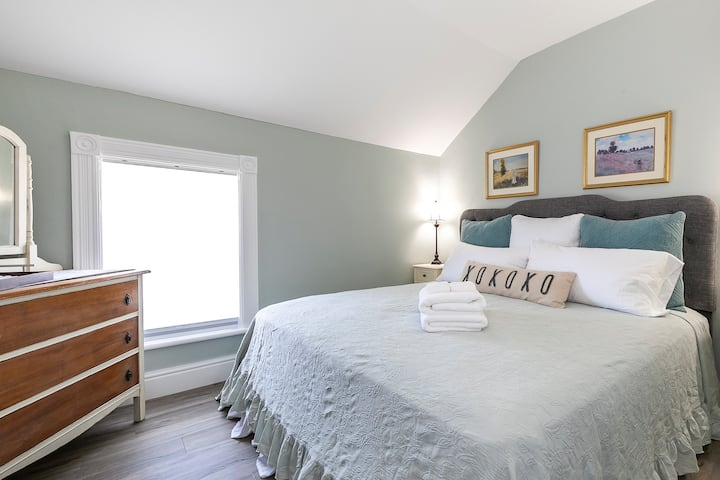 Rocklyn Inn Bed & Breakfast- King Green Pastures