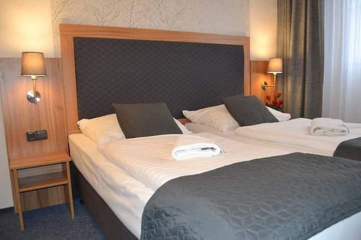 Hotelový pokoj na břehu Vltavy