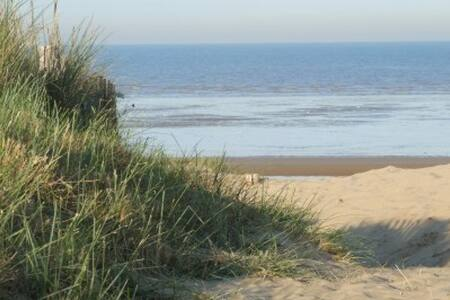 Open Plan BeachHouse Retreat Sleeps 12 - Greatstone