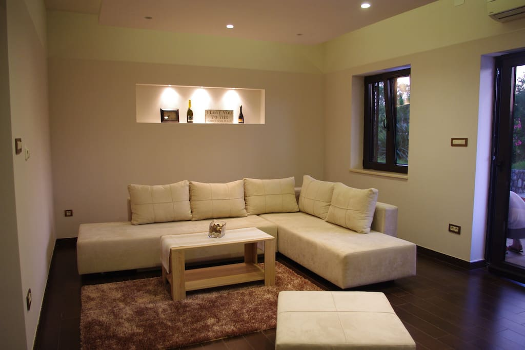 Living-room with nice sofa (auxiliary bet/ transforming).