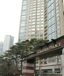 Neat two bedroom unit in the heart of Jamsil district. Walking distance to subway line 2 & 8 and Lotte World.  Top floor of a very secure, upmarket building.  In excellent condition.