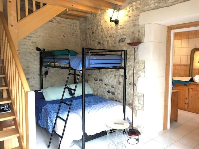 Au rez-de-chaussée un coin chambre 140X190 cm et un lit superposé 90X190cm ou juste un coin salon au choix selon le nombre de lits demandés.