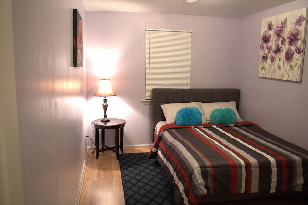 Cozy, spacious bedroom- Experience tranquility 5 miles away from NYC!!