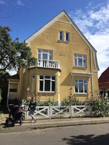 Hyggelig boheme-lejlighed øverst i patriciervilla