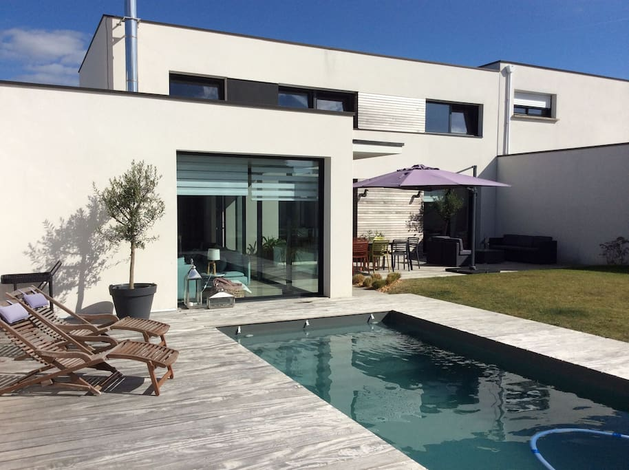 maison d 39 architecte avec piscine maisons louer vannes bretagne france. Black Bedroom Furniture Sets. Home Design Ideas