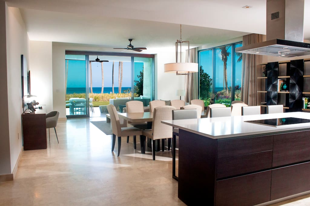 Living and dining room with direct access to the terrace, private pool and the beach
