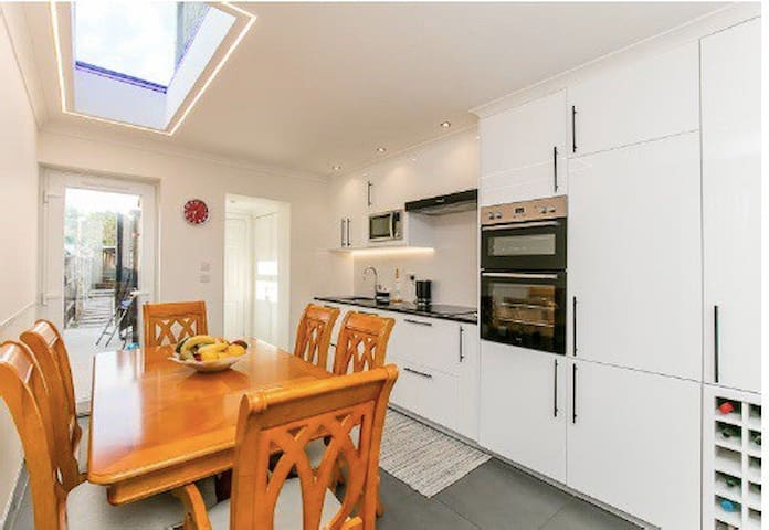 Beautiful 3 bedroom family home with sunny garden