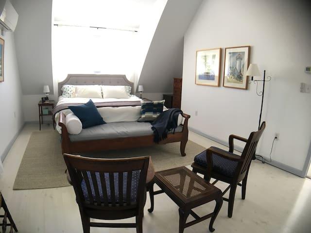 Master (king) bedroom