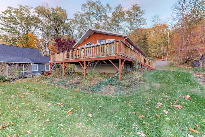 Lakefront home with gorgeous lake/bluff views and dock