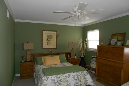 Spacious 1 Bdrm - walk to beach/shops/dining - Long Branch