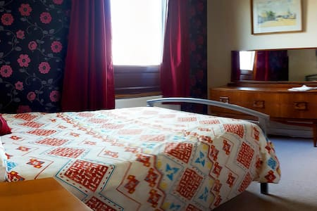 Cozy double bedroom in a friendly family home. - Dufftown - House