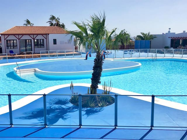 Very comfortable bungalow with pool, near the sea
