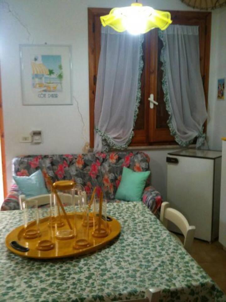 il salottino cucina con uno dei divani letto