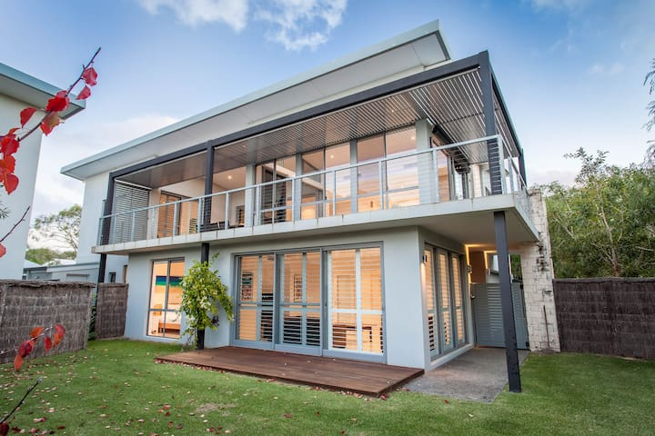 Modern two storey beach pad across the road from the beach and walking distance to Dunsborough town
