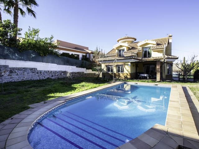 House near the Sierra and Granada with pool