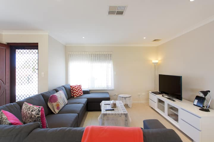 Stirling 9 KM from CITY & BEACH,suits bus/train