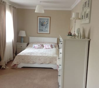 Lovely room, free private parking - House