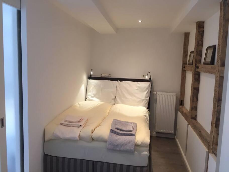 Schlafzimmer 2 (1 Boxspringbett 140 x 200 cm)