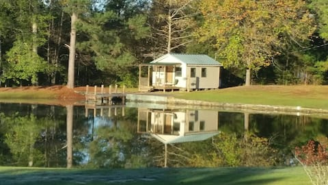 Cozy Lil Pond House for pondering