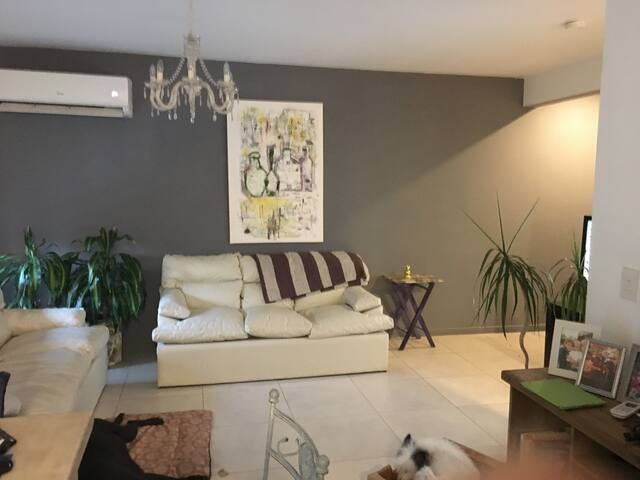 Un cuarto privado en hogar muy luminoso y calido.