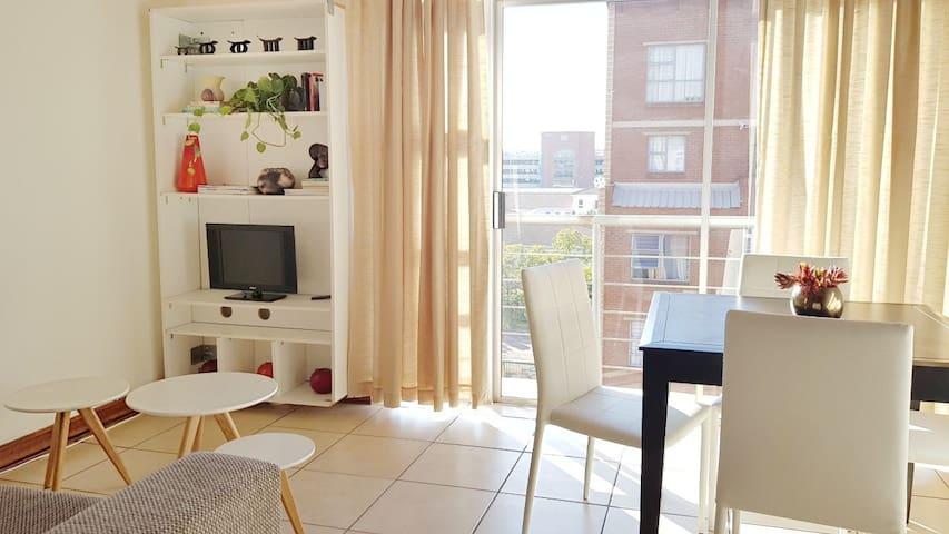 Stunning 2 Bed Loft.Walk to Train! Wi-Fi & Netflix
