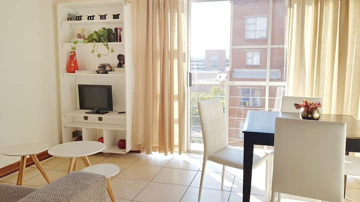 Stunning 2 Bed Loft.Walk to Train! Wi-Fi & Netflix