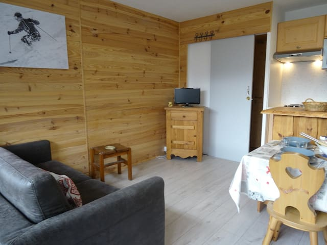 Nice studio for 4 persons close to the slopes and to the shops in Le lavachet area