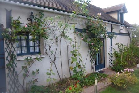 Petite maison dans propriété - Bouafles