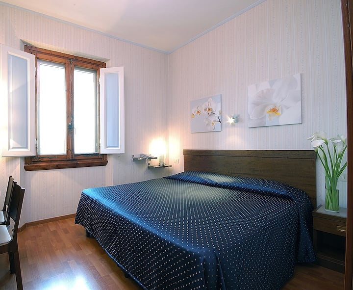 Nice room with private bathroom in the city center
