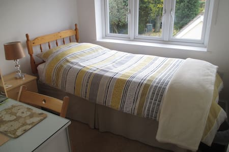 BRIGHT SINGLE ROOM CLOSE TO CITY - Chelmsford - Penzion (B&B)