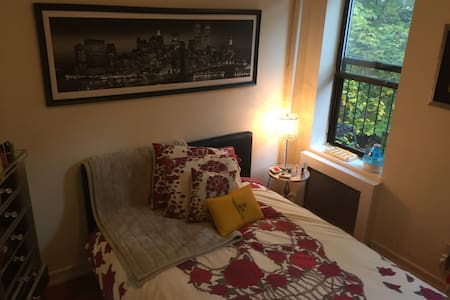 Spacious Private One Bedroom Apt UPPER EAST GEM - New York - Apartment