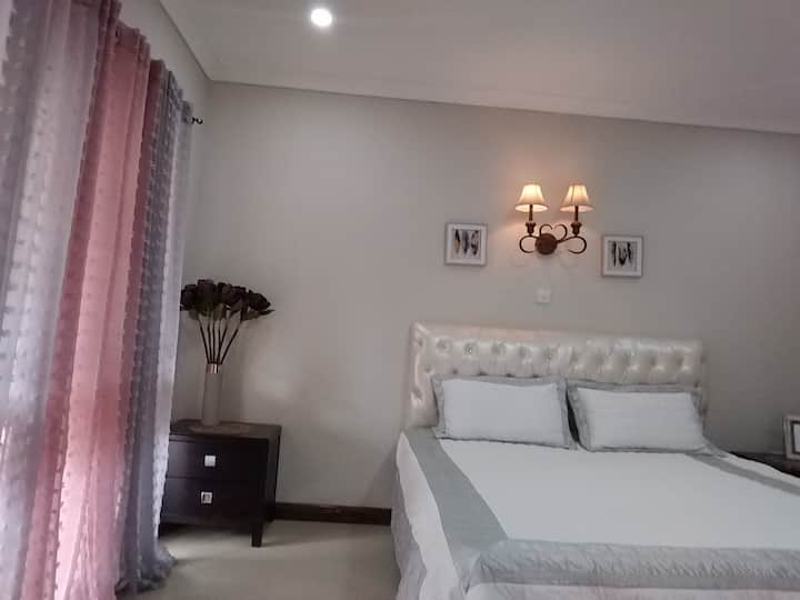 Ensuite Room With Balcony 2minutes to US Embassy