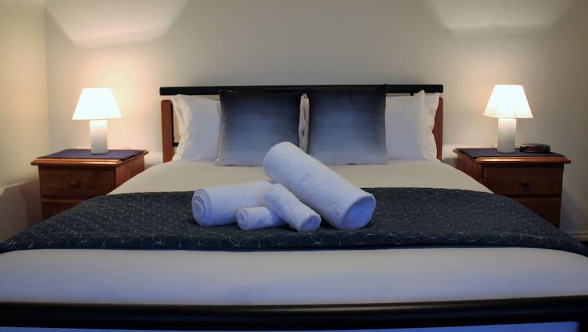Queen bed - lower level