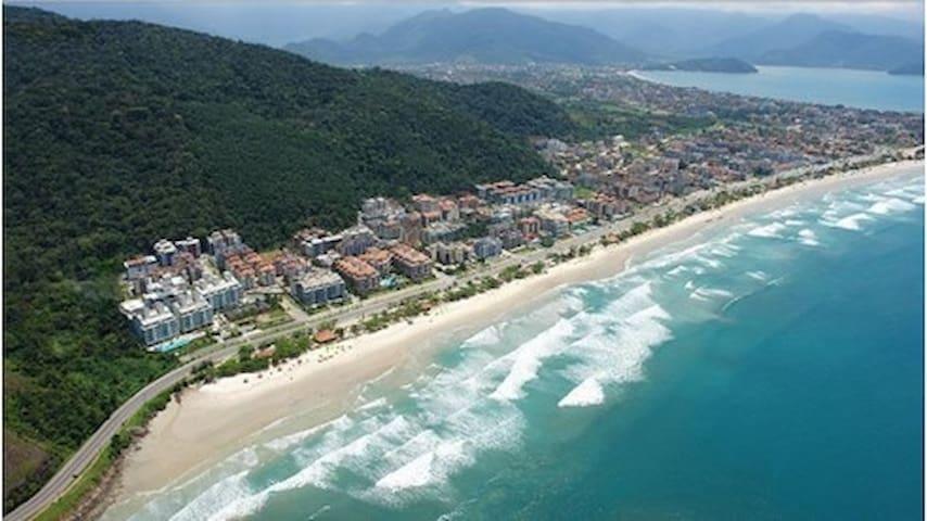 O apartamento fica a 150m da praia mais badalada do Litoral Norte de São Paulo...