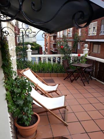 Apartamento con terraza y vistas al mar/WI-FI