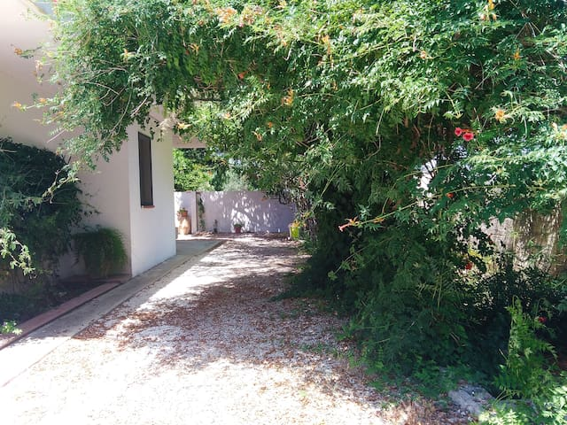 """""""Oleander"""" House : Apartment with Garden"""